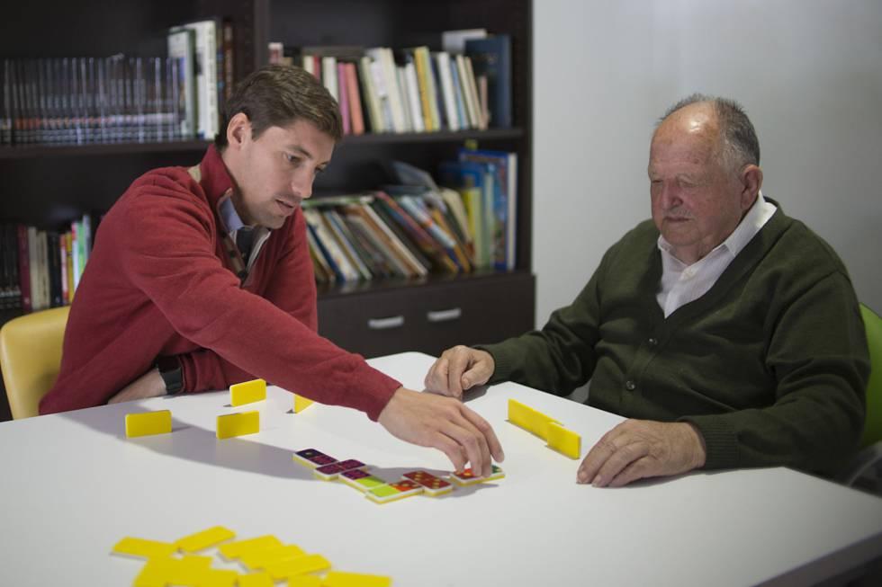 Bernardo Cea y  Alberto Cabanes juegan a domino en una residencia de ancianos.