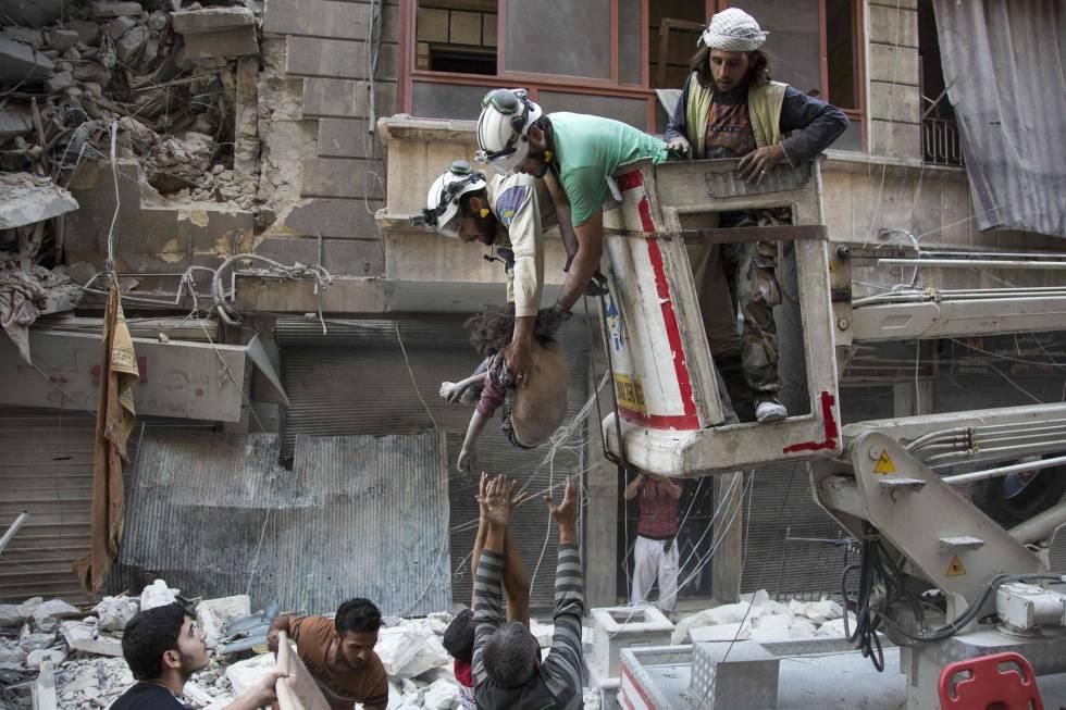 Rescate del cuerpo de una niña en Alepo