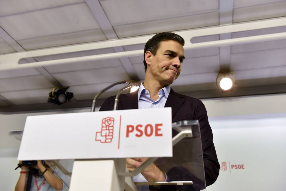 Party chief Pedro Sánchez announces his resignation.