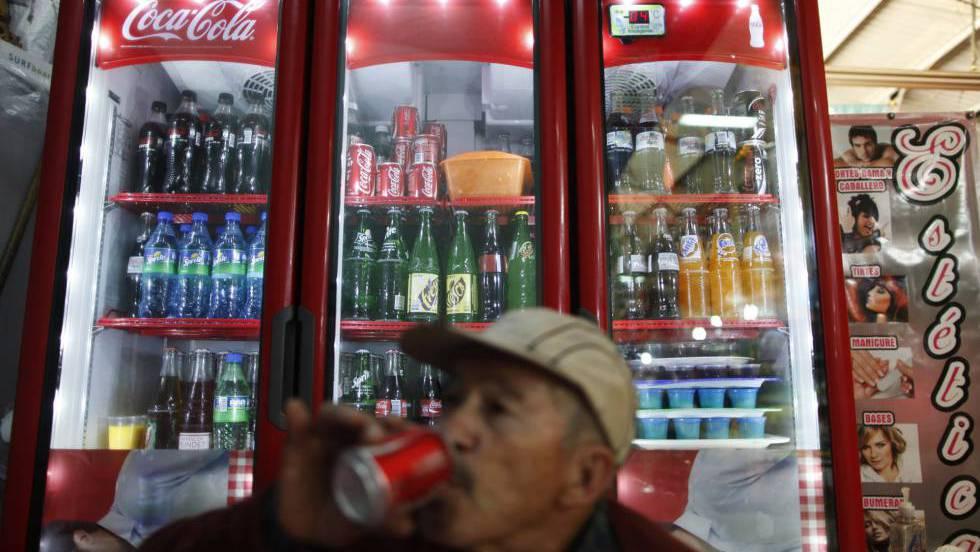 Homem toma refrigerante no México, país que já tem um imposto sobre bebidas açucaradas.