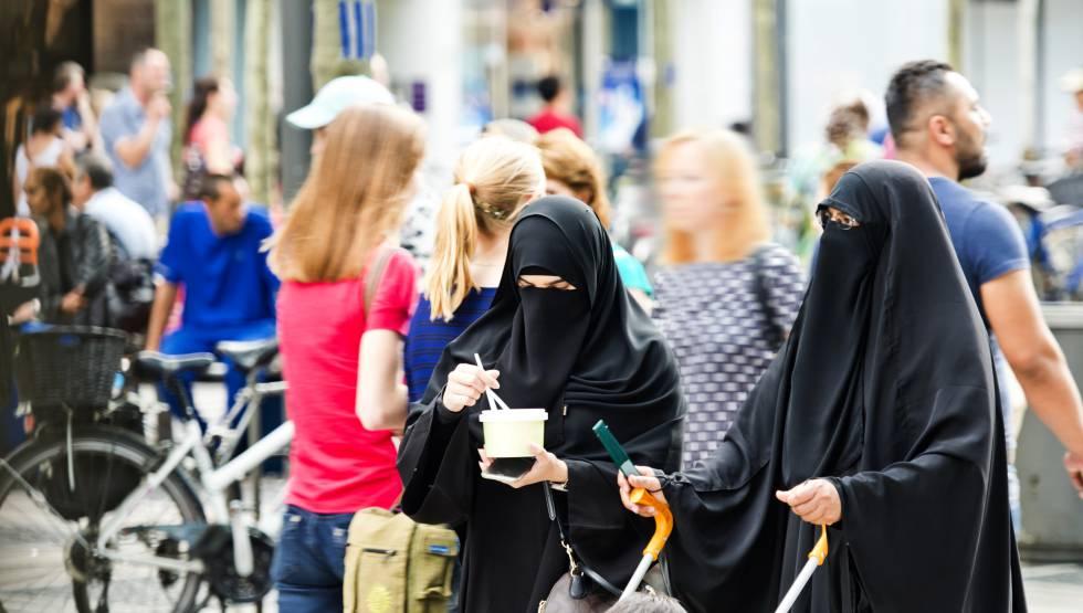 Dos mujeres llevan burka, en Frankfurt (Alemania)rn