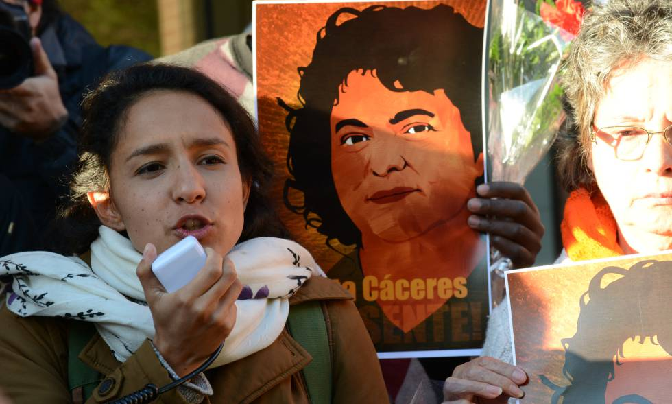 Berta Zúñiga, en una vigilia frente la Organización de Estados Americanos (OEA) ante un retrato de su madre, asesinada en marzo.