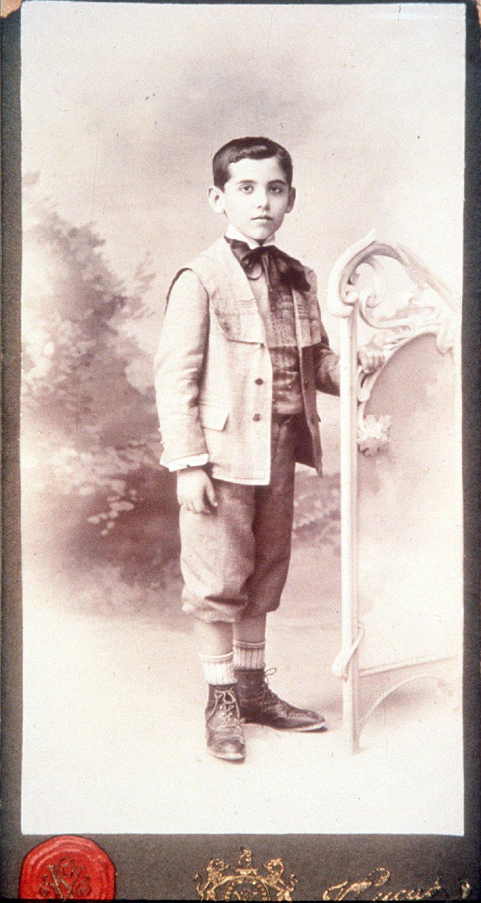 Lorca (en la imagen, a los seis años) pasó su infancia en Granada rodeado por sus hermanas y las sirvientas de la casa, de las que aprendió canciones que después resonaron en su obra.