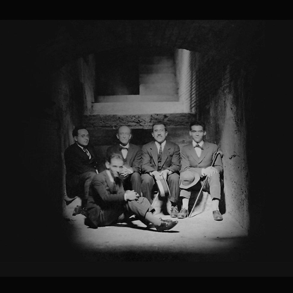 Pasaba los veranos con su familia y sus amigos en Granada. En la imagen visita los sotános de la Alhambra en 1923 con Adolfo Salazar (i), el compositor Manuel de Falla (centro izquierda), Angel Barrios (centro derecha), y su hermano Francisco (delante).