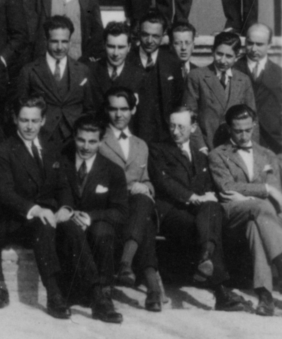 A los 21 años, Lorca (en el centro, con americana gris) se marchó a Madrid para estudiar en la universidad. Se instaló en la selecta Residencia de Estudiantes, fundada en 1910. Allí entabló amistad con el pintor Salvador Dalí (abajo a la derecha) y el cineasta Luis Buñuel.