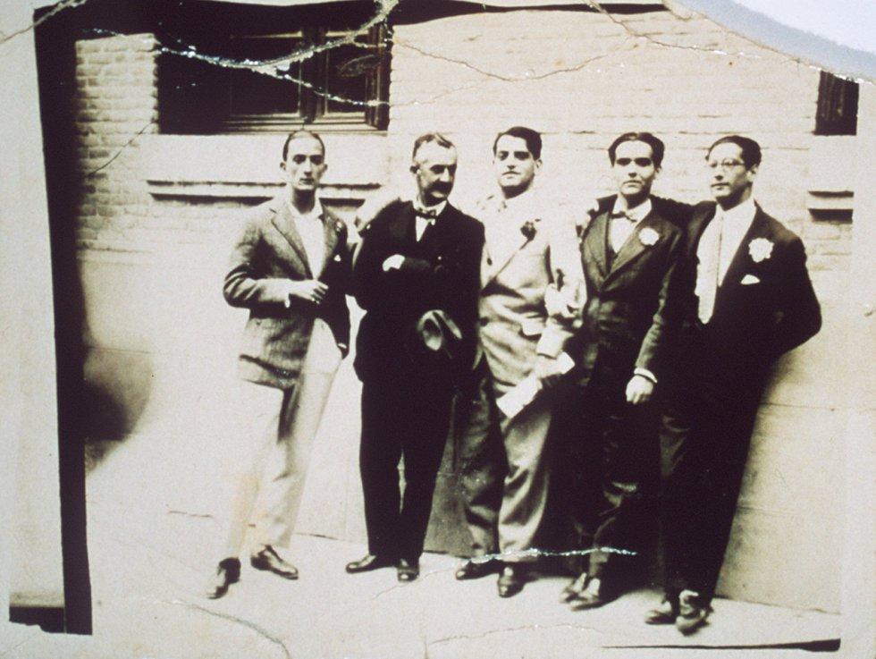 La última vez que todos los compañeros estuvieron juntos fue en una salida al parque madrileño de La Bombilla en 1926. De izquierda a derecha. Salvador Dalí, José Moreno Villa, Luis Buñuel, Lorca y José Rubio Sacristan.