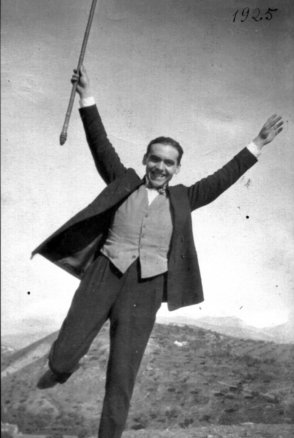 """Luis Buñuel tomó esta fotografía en 1925. El director de cine aseguraba que Lorca le había descubierto la poesía. Su relación, sin embargo, pasó por varios altibajos: """"El contraste no podía ser mayor, entre el aragonés tosco y el andaluz refinado -o quizás a causa de este mismo contraste-, casi siempre andábamos juntos"""", cuenta Buñuel en 'Mi último suspiro', su autobiografía."""
