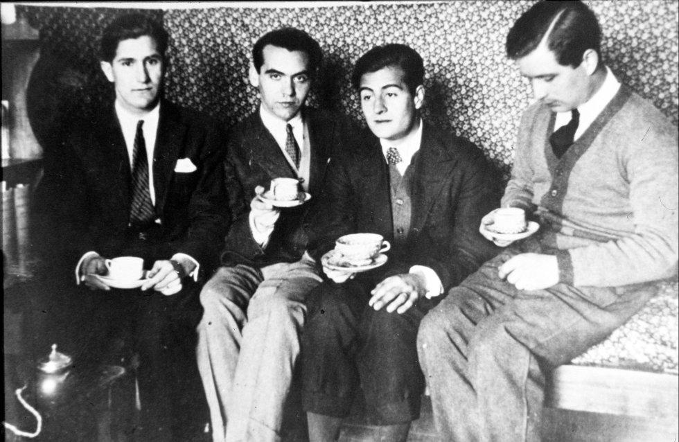 La habitación de Lorca en la Residencia se convirtió, según recuerda Buñuel en su autobiografía 'Mi último suspiro', en uno de los puntos de reunión más solicitados de Madrid. En la imagen, una de esas fiestas en su cuarto. De izquierda a derecha, Pepin Bello, Lorca, Juan Centeno y Luis Eaton-Daniel en 1924.