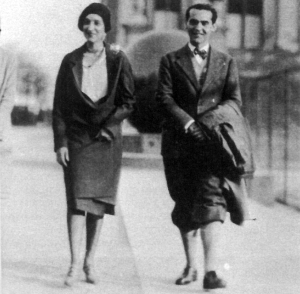Lorca con su amiga Antonia Rivas Blair en la entrada de la Bibilioteca de la Universidad de Columbia. Al fondo la bola de pórfido en la entrada de la institución. En Estados Unidos viajó a Vermont, en el Estado de Nueva York para visitar al poeta Philips Cummings, que había conocido en la Residencia, y a La Habana, donde ofreció cinco conferencias.