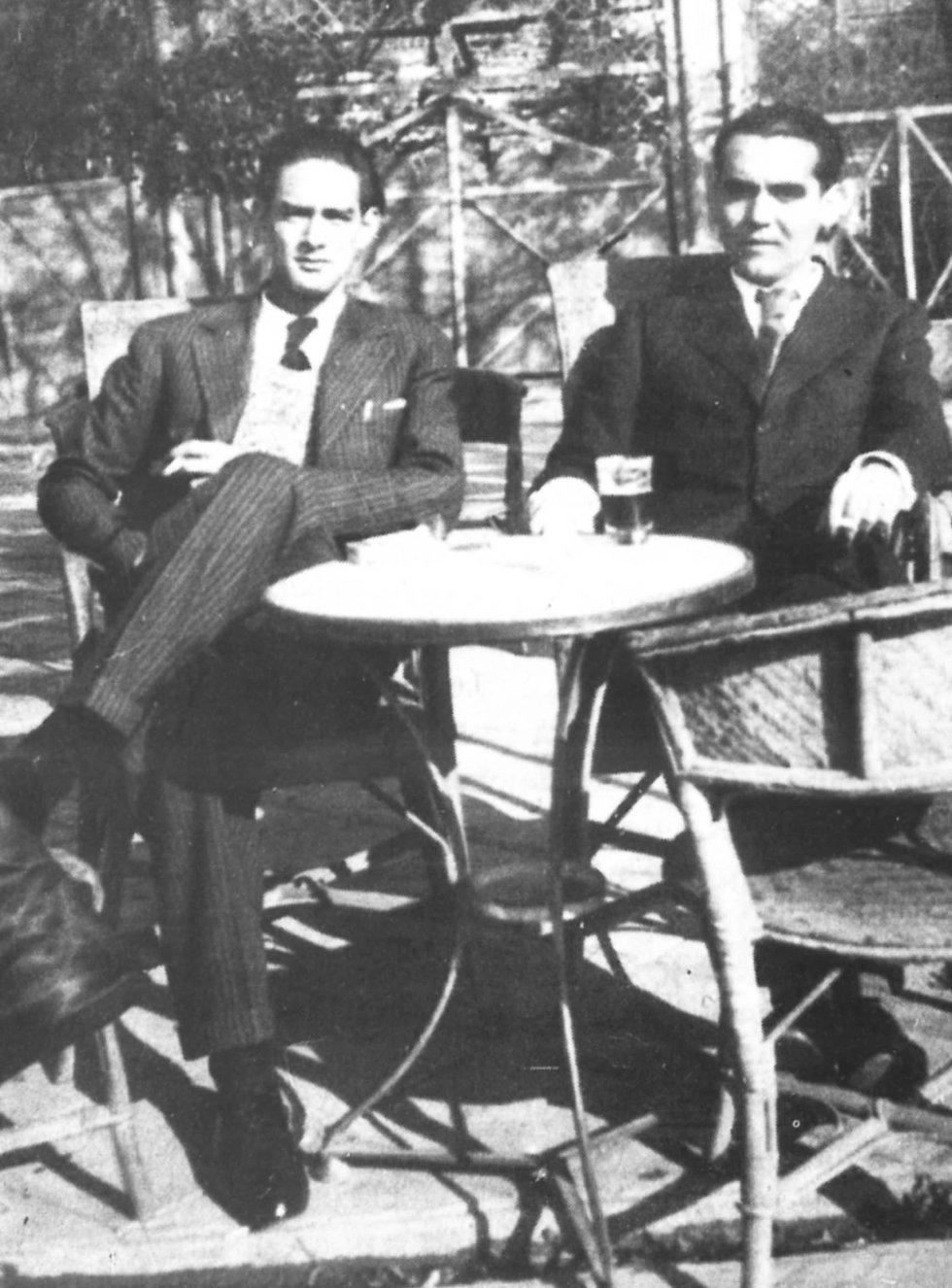 Tras la visita americana Federico García Lorca viajó a Galicia. Aquel periplo inspiró sus poemas en gallego. Ernesto Pérez Güerra (i) fue uno de los amigos que acompaño al poeta durante su visita a Santiago de Compostela. Ambos posan en una terraza de un cafe madrileño.