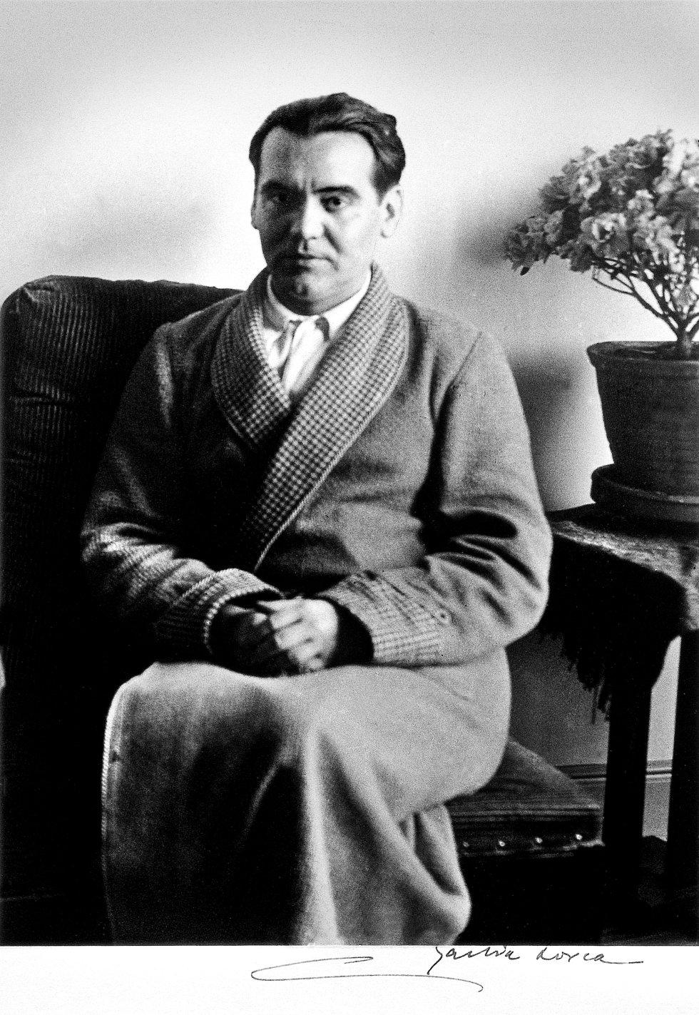 Posando en el salón de su casa para el fotógrafo Alfonso Sánchez Portela durante una entrevista en 1930. Aquel año la compañía Caracolestrenó 'La zapatera prodigiosa' con Margarita Xirgu, en el teatro Español de Madrid y Lorca realizó la lectura de su primer obra surrealista 'El público'.