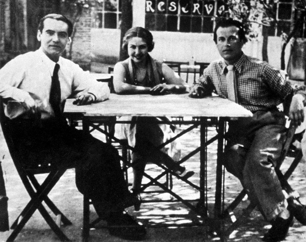 De izquierda a derecha: Lorca, María Teresa León y Rafael Alberti, en 1930. El escritor Luis García Montero asegura que nunca hubo una amistad estrecha entre estos dos compañeros de la Generación del 27. La insistencia del matrimonio de escritores formado por León y Alberti para que firmara manifiestos comunistas hizo que Lorca se alejase de ellos, de acuerdo con Hilario Jiménez, el biógrafo de Aalberti.