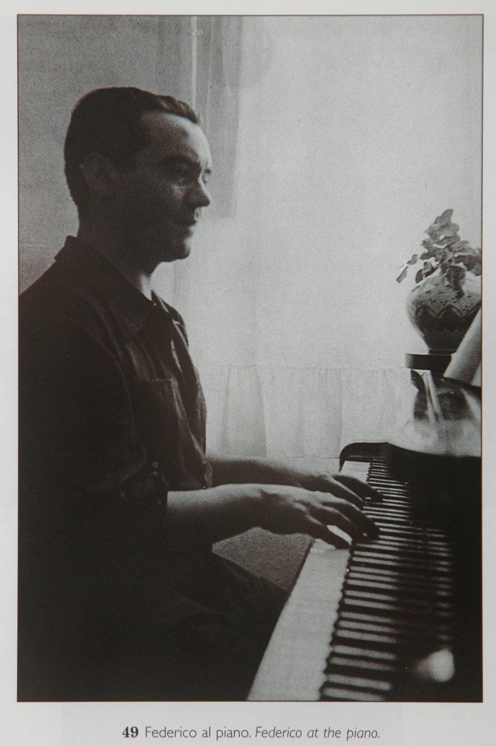 Lorca fue músico antes que poeta. Tocaba el piano en reuniones familiares y de amigos gracias a las lecciones del maestro Antonio Segura Mesa. Su muerte en 1916 hizo que los intereses artísticos del joven viraran hacia la poesía. No abandonó la música: en 1931 grabó una serie de canciones populares con la cantaora y bailaora Encarnación López Júlvez, 'La Argentinita'.