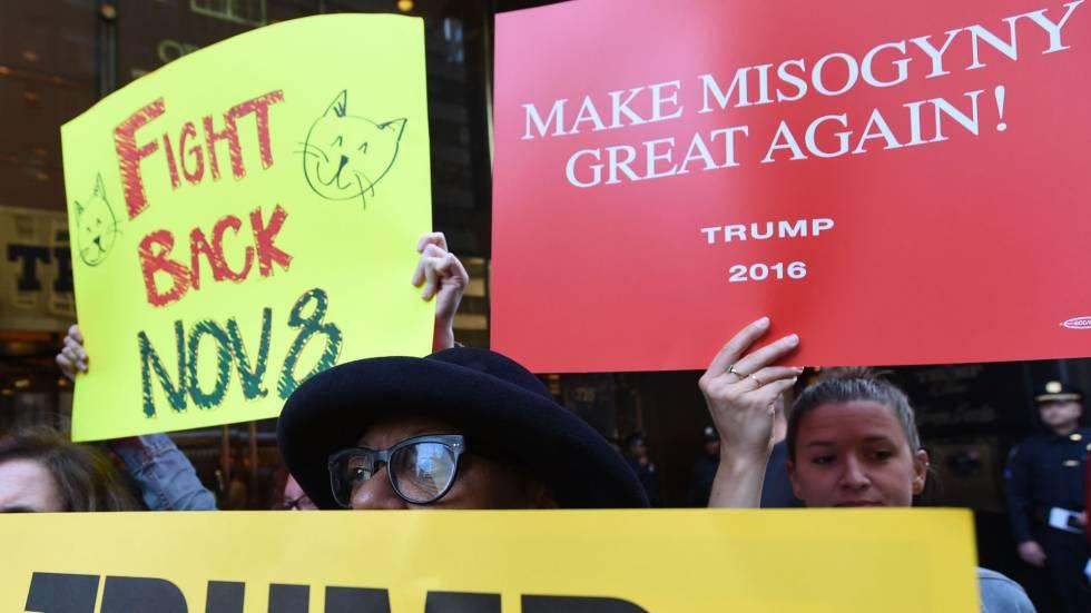 Gente protestando por el trato de Trump a la mujeres. rn