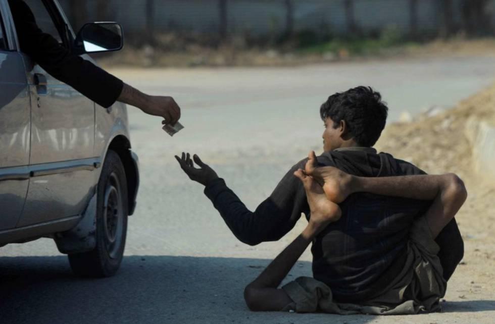 Un afectado por la polio pide limosna en una calle de Islamabad (Pakistán).
