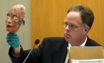 Un investigador muestra (en agosto de 2005) la máscara que Dennis usó para crubrirse el rostro durante uno de sus asesinatos.