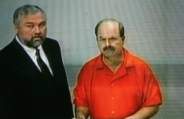 Dennis Rader junto a su abogado durante el juicio en Wichita, Kansas, en 2005.