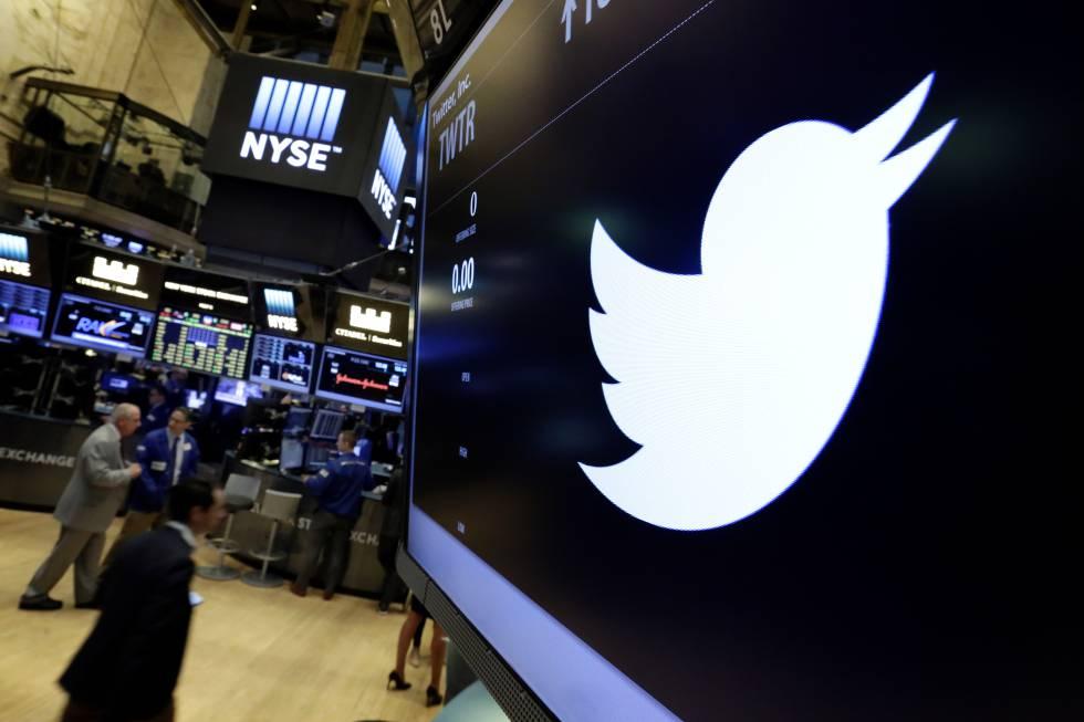 El símbolo de Twitter aparece en una pantalla en la Bolsa de Nueva York