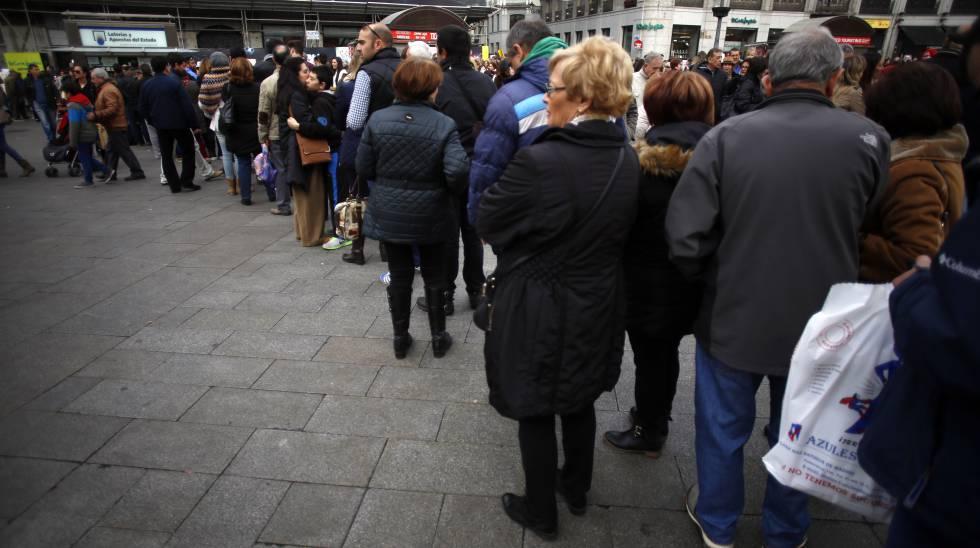 Cola para comprar lotería de Navidad en la Puerta del Sol de Madrid.
