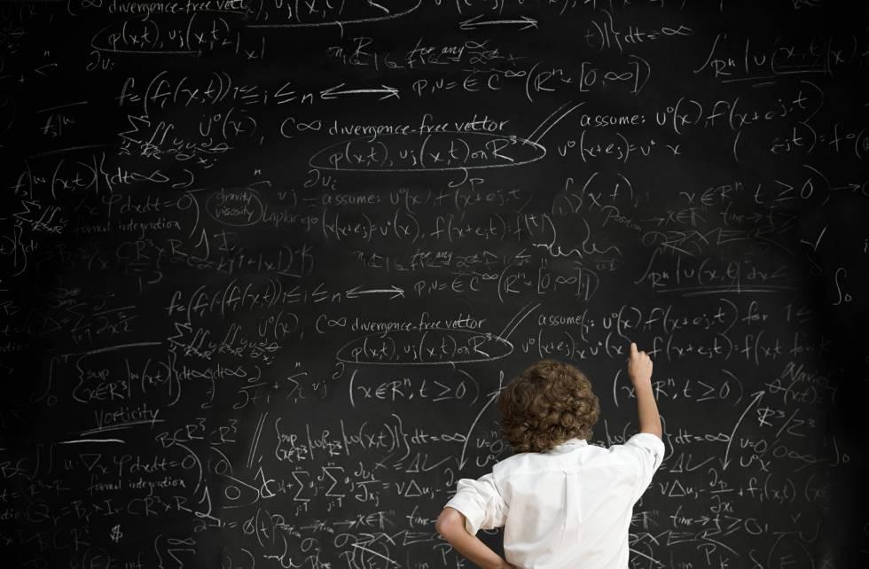 Alumno escribe en una pizarra. rn rn