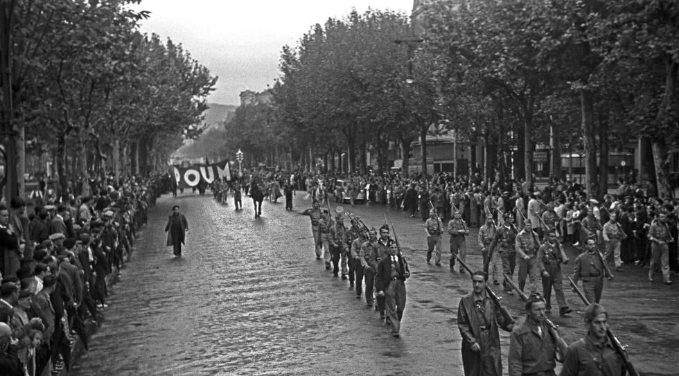 Un momento del desfile que ha tenido lugar en Barcelona durante la guerra civil española, en conmemoración de la Revolución de Octubre de 1934, que partió de la avenida del 14 de Abril y finalizó en la Estación Marítima.