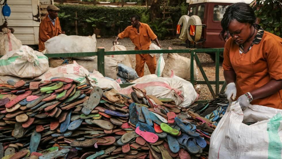 Reciclaje en Kenia  La segunda vida de 400.000 chanclas  83b7ca931a2
