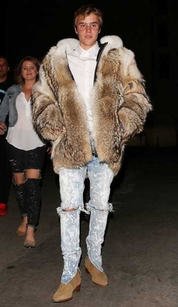 Justin se pone un abrigo de piel, y luego sale sin camiseta