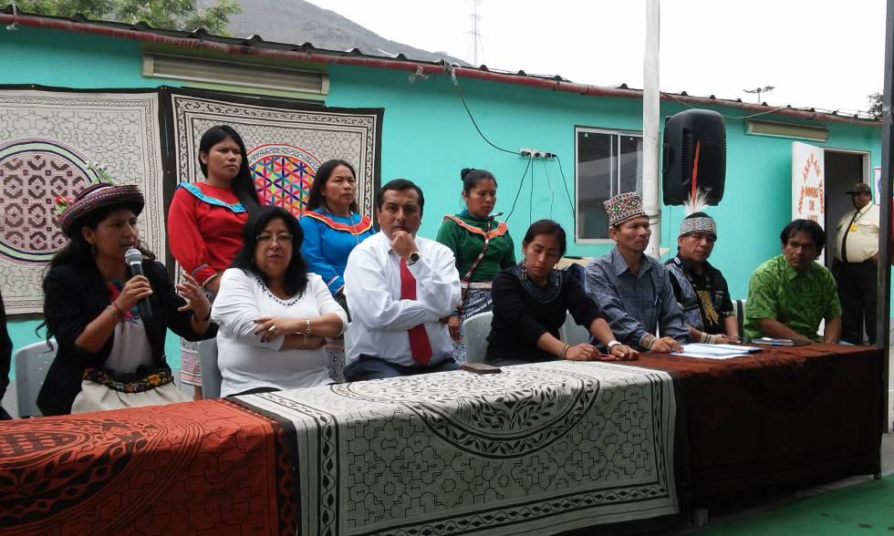 Dirigentes de las asociaciones de residentes de Cantagallo en la escuela bilingüe, durante la única conferencia de prensa organizada por ellos tras el incendio.