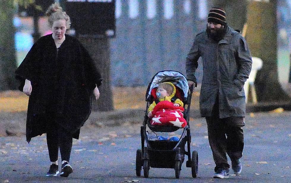 Adele, Simon Konecki y Angelo, en Londres.