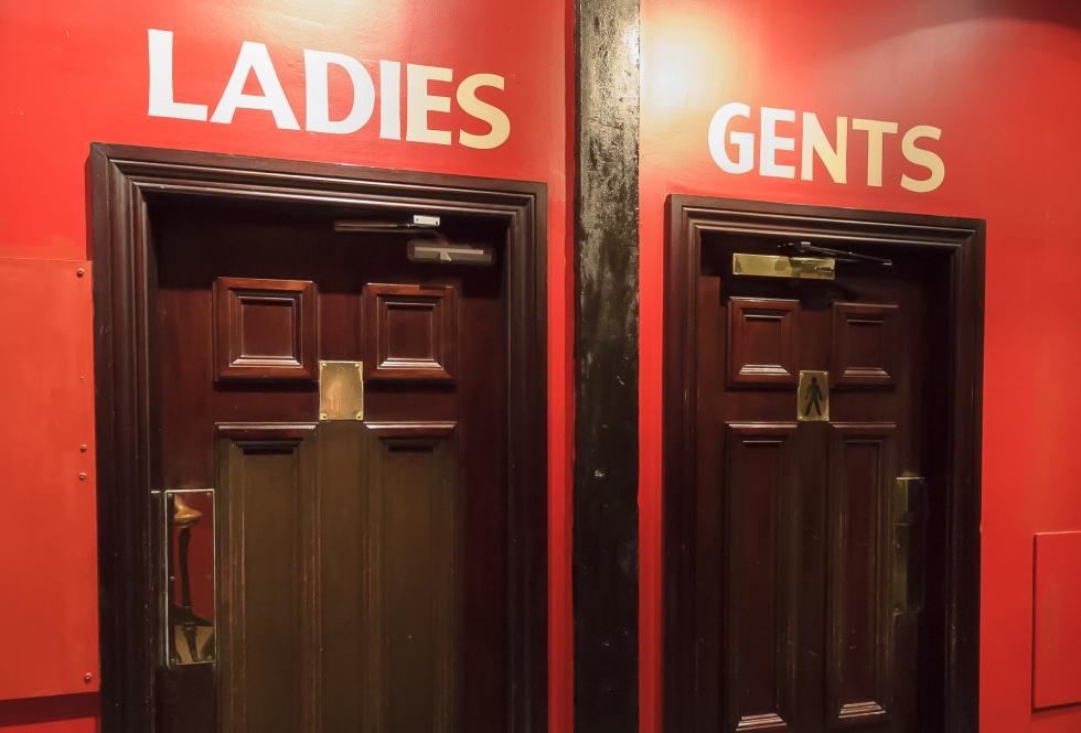 0bb00d63156d El cartel que las inglesas encuentran en el baño de sus bares (y ...