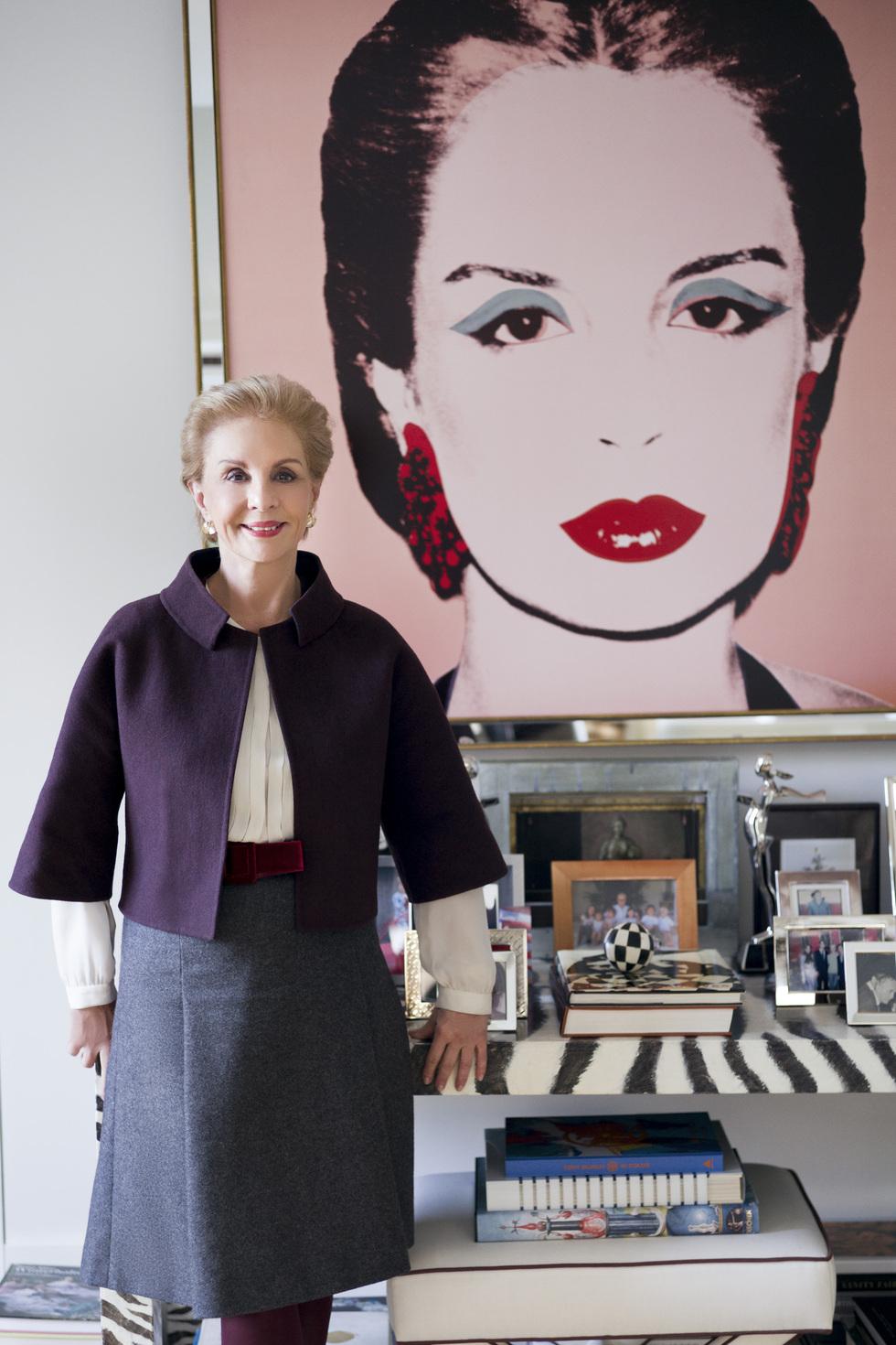 131be395ba Carolina Herrera, junto al retrato que le realizó su amigo Andy Warhol (se  lo pagó con un bolso-joya) y que preside su despacho.Fernando Sancho