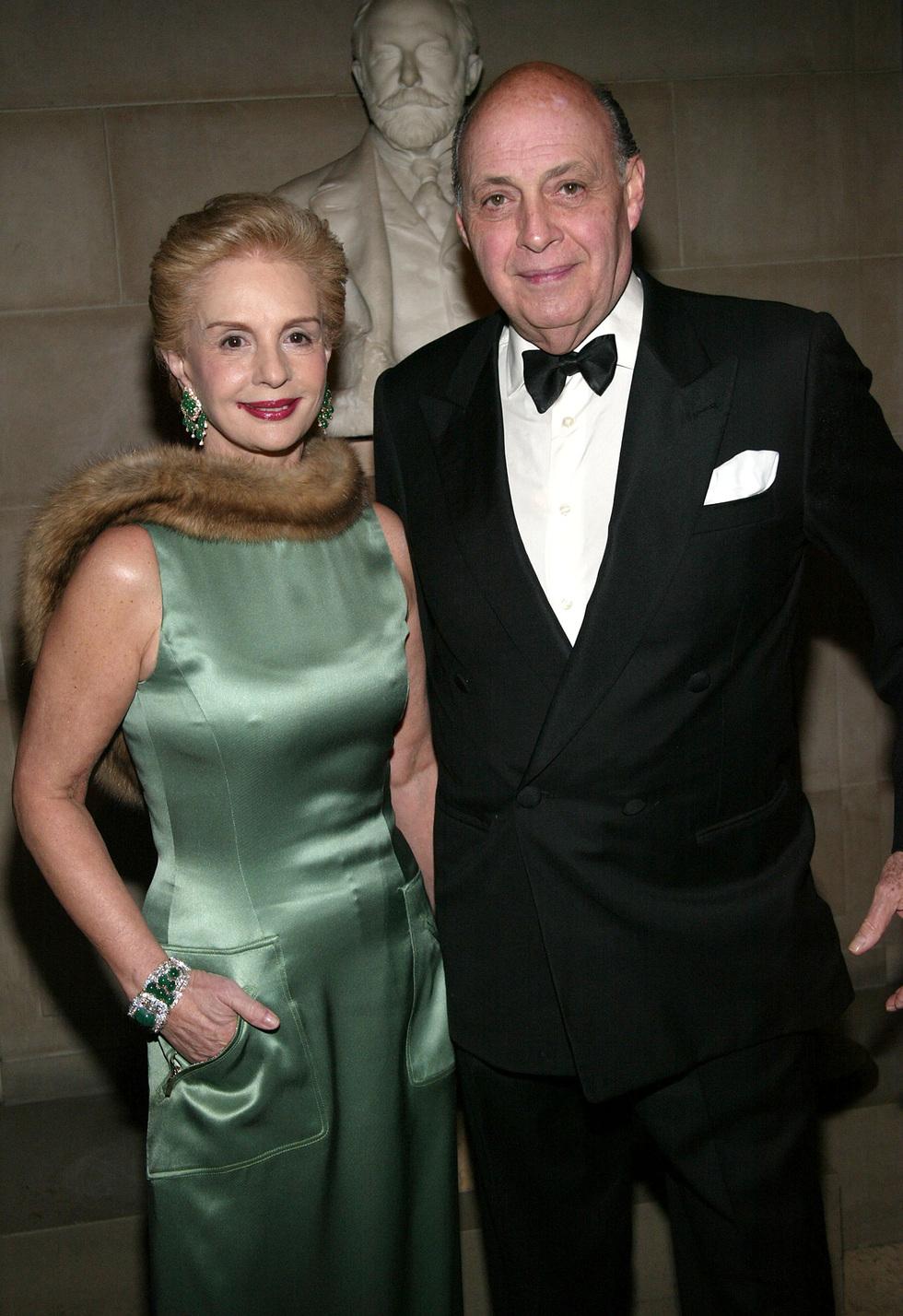 2e08def3b4 En 2004 junto a su marido, Reinaldo Herrera, en una fiesta en la Frick  Collection, y en un retrato de los setenta.Getty