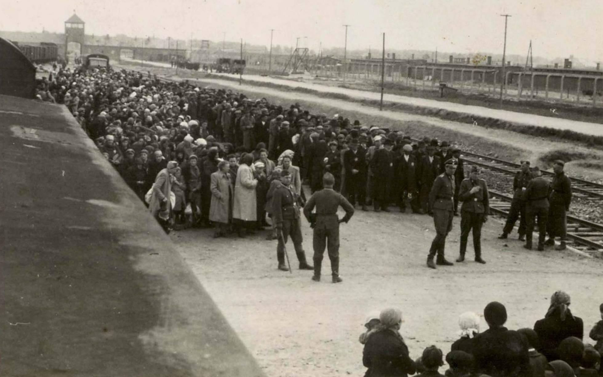 I SS rendono la selezione degli ebrei destinati a morire immediatamente nelle camere del gas sulla piattaforma di Auschwitz.