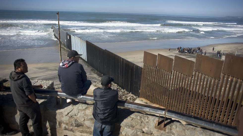Valla que separa Estados Unidos de México en la ciudad de Tijuana.