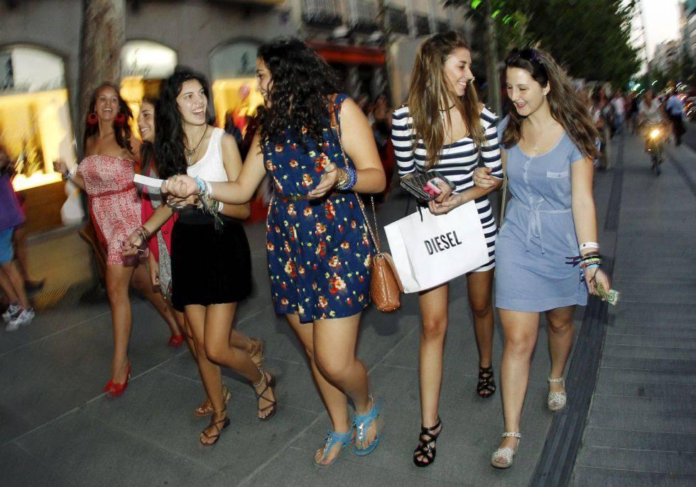 1b10e7c2dfb Un grupo de jóvenes disfrutan de una noche de compras.