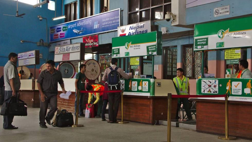 Cabines de despacho de bagagens da Yeti Airlines no aeroporto de Kathmandu.
