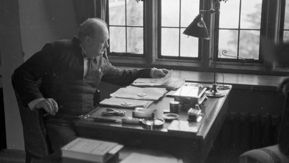 Winston Churchill em seu escritório em 1939, ano em que redigiu o ensaio.