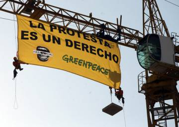 "Greenpeace unfurls banner against Spain's new ""gag law"" next to Congress"
