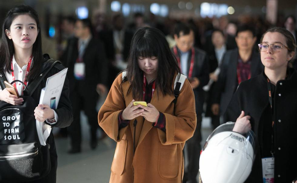 Una mujer lee algo en su móvil.