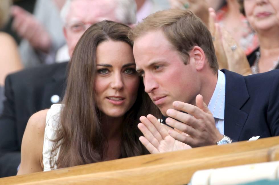 Los duques de Cambridge Kate Middleton y el principe Guillermo en un partido de tenis del torneo de Wimbledon en 2011.