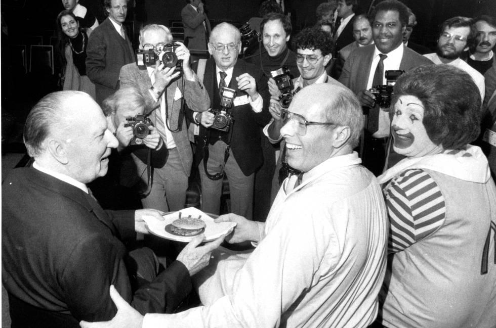 aee446d3a2c32 O então presidente do McDonald s, Ed Rensi (centro), preparou para Richard  McDonald (esquerda) o hambúrguer que levou a rede à marca de 50 milhões de  ...