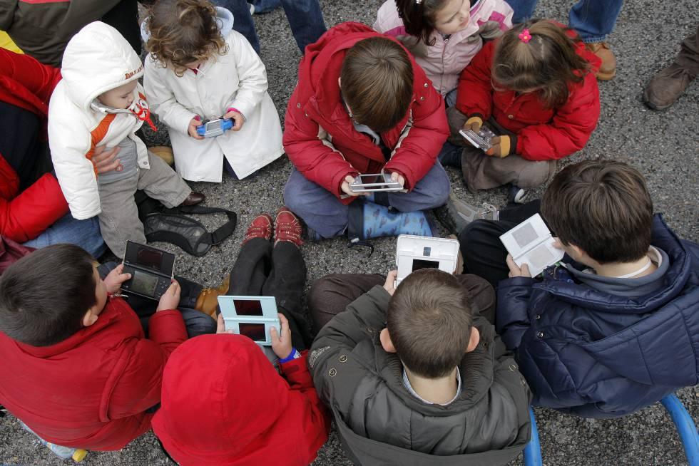 Los adolescentes españoles pasan más dos horas al día frente a una pantalla  | Mamás y Papás | EL PAÍS
