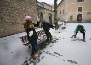 Unusual winter landscapes as Spain feels sting of cold snap