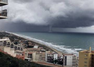 Huge waterspout forms off Valencia coast