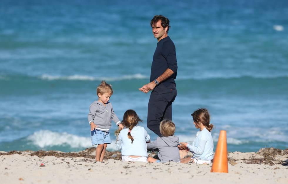 Federer, con sus cuatro hijos, el pasado 20 de marzo en las playas de Miami.