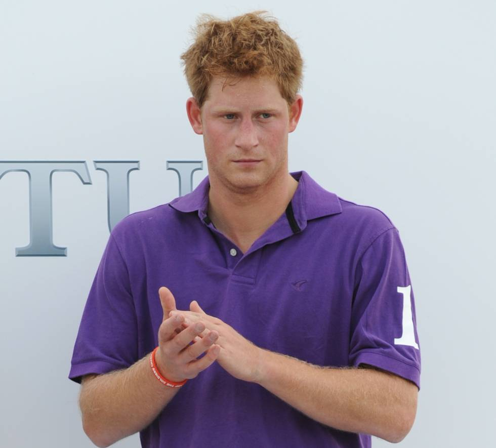 9622e54d5 El príncipe Harry, con un polo morado, en el club de polo de Ewhurst,  Inglaterra. Getty