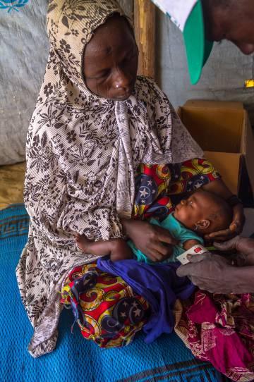 Los médicos miden la circunferencia del brazo de un niño en la unidad móvil del campo de refugiados de Magui (Chad).