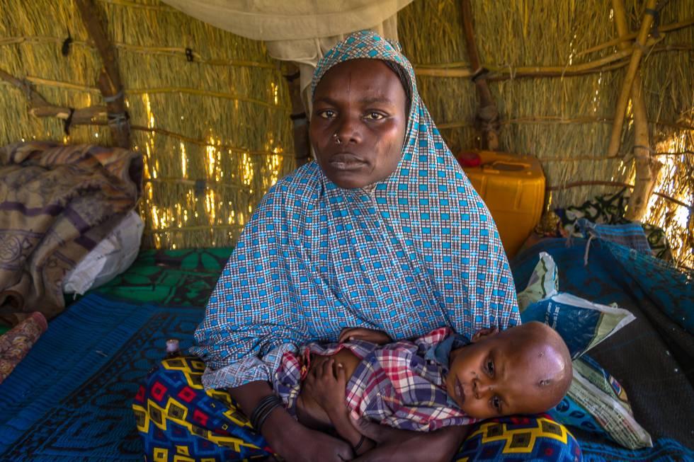 Fanda Tchari, residente en el campo de refugiados de Magui (Chad), intentó curar a su hijo desnutrido a través de la medicina tradicional.
