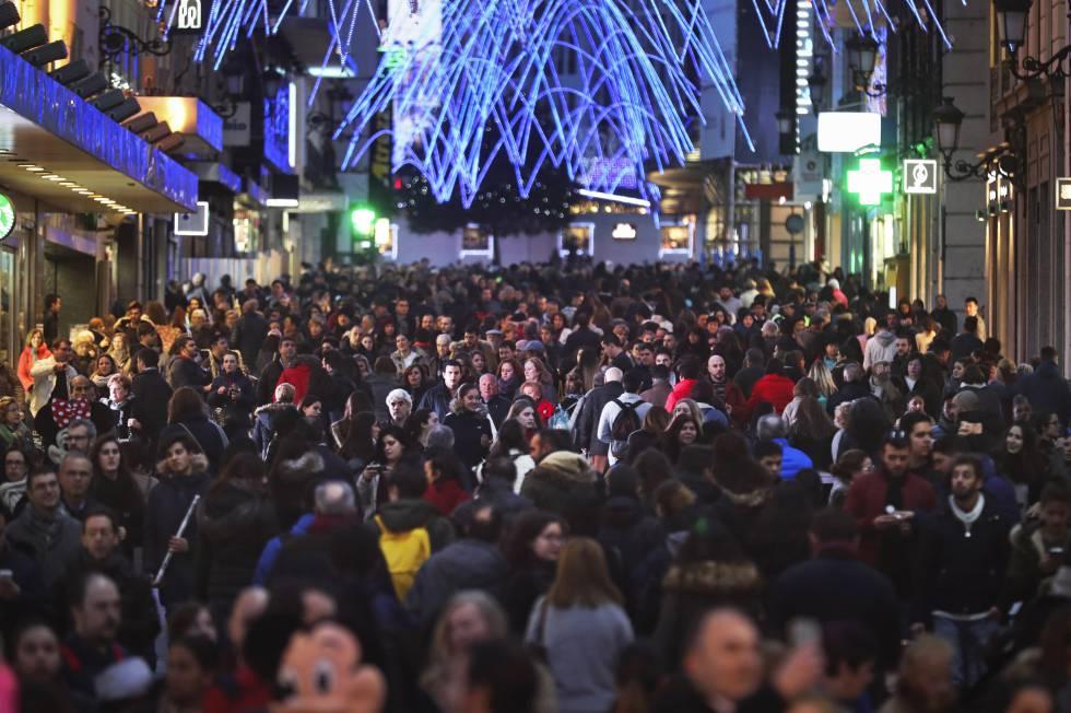 Multitud de personas transitando por la calle Preciados de Madrid.