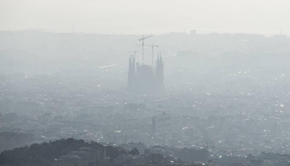 Panorámica de Barcelona rodeada de una nube de contaminación